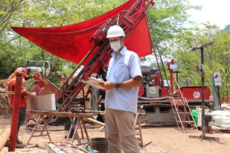 Condor Gold Jefe de geología supervisando la perforación