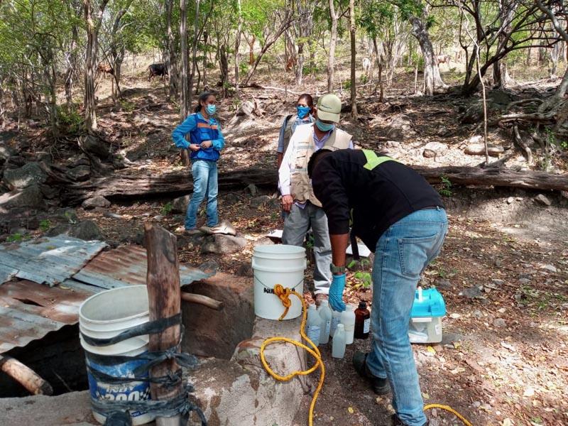 Muestreo de agua en Proyecto Tatiana